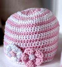Как связать  полосатая шапочка с украшением из цветов