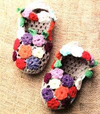 Как связать крючком домашние тапочки украшенные цветами