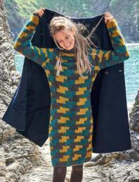 Как связать спицами цветное платье-свитер с узором в технике интарсий