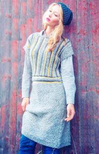 Как связать спицами платье с коротким рукавом с цветными полосами на лифе