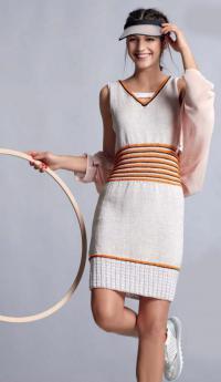 Как связать спицами приталенное платье с цветным узором на талии