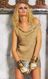 Как связать спицами бежевый пуловер с открытым плечом