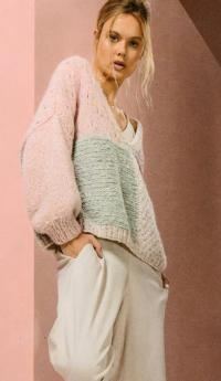 Как связать спицами цветной широкий пуловер с рукавом реглан