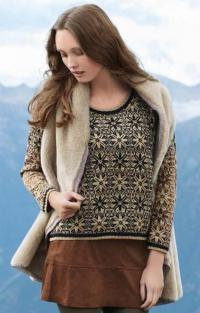 Как связать спицами цветной узорчатый пуловер с круглым вырезом