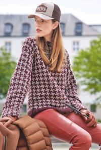 Как связать спицами двухцветный пуловер с узором из квадратов