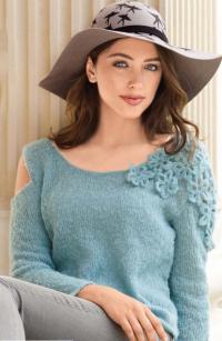 Как связать спицами пуловер украшенный цветами на плече