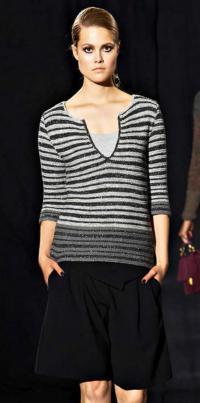 Как связать спицами пуловер в тонкую полоску с глубоким вырезом