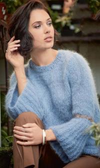 Как связать спицами пушистый пуловер с расклешенными рукавами