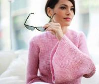 Как связать спицами рельефный пуловер с расклешенными рукавами