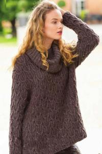 Как связать спицами широкий пуловер с воротником и косами
