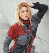 Как связать спицами трехцветный пуловер с косами и вытянутыми петлями на рукавах