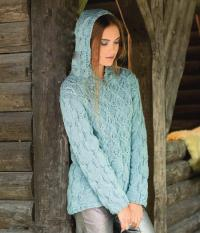 Как связать спицами удлиненный пуловер с капюшоном