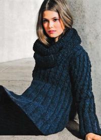 Как связать спицами удлиненный свитер с косами