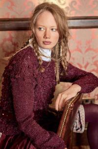 Как связать спицами укороченный пуловер с шишечками и косами
