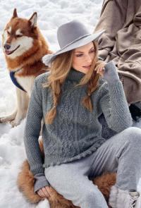 Как связать спицами узорчатый свитер с шишечками и косами
