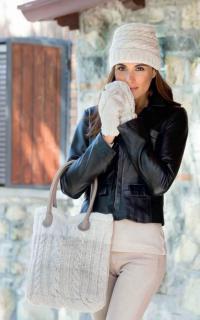 Как связать спицами комплект из шапочки,сумки и варежек с узором из кос