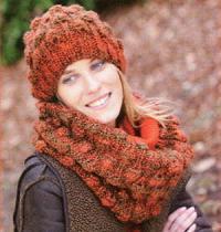 Как связать спицами объемный шарф-снуд и шапка с шишечками
