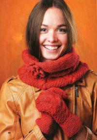 Как связать спицами шарф-снуд с цветком и варежки с узором