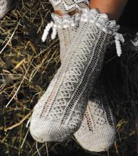 Как связать спицами ажурные носочки с кружевной каймой