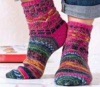 Как связать спицами цветные носки с узором из снятых петель