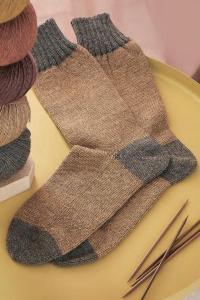 Как связать спицами двухцветные носки с контрастной резинкой