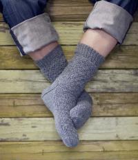 Как связать спицами мужские носки с простым узором