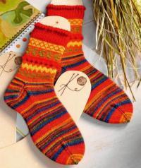 Как связать спицами полосатые носки с шишечками