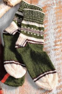 Как связать спицами трехцветные носки с орнаментом