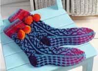 Как связать спицами жаккардовые носки с завязками и помпонами