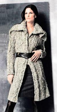 Как связать спицами меланжевое пальто с узором из кос