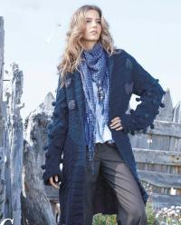 Как связать спицами удлиненное пальто с косами и шишечками
