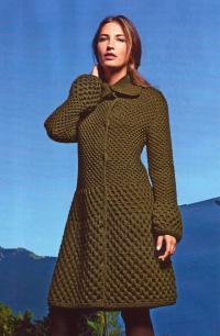 Как связать спицами зеленое пальто с рельефным узором