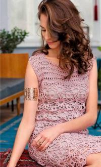Как связать крючком кружевное платье без рукавов с мотивом из квадратов