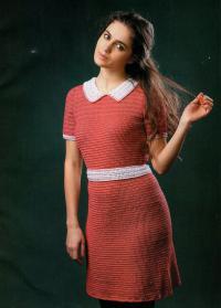 Как связать крючком приталенное платье с кружевным воротничком
