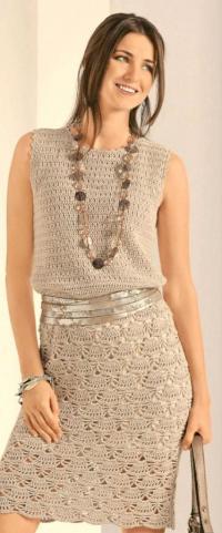 Как связать крючком приталенное платье с веерным узором
