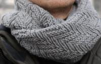 Как связать крючком мужской серый шарф снуд
