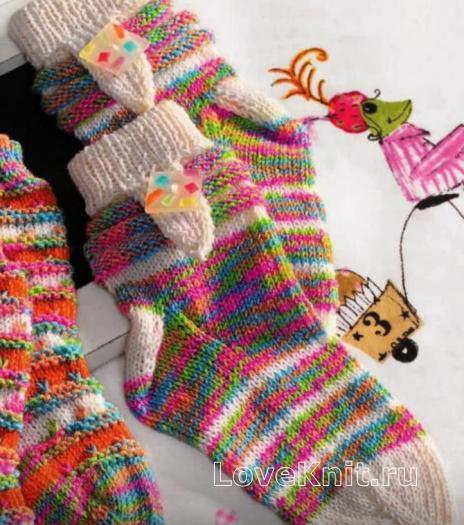 Как связать  цветные носочки с пуговкой для ребенка