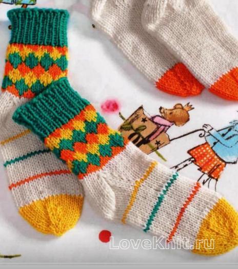Как связать  детские носки с цветным рисунком