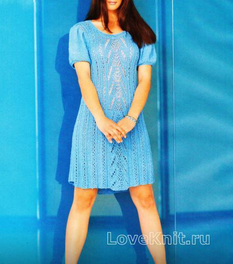 Как связать спицами голубое платье с узором