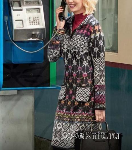 Как связать спицами разноцветное теплое платье с карманами