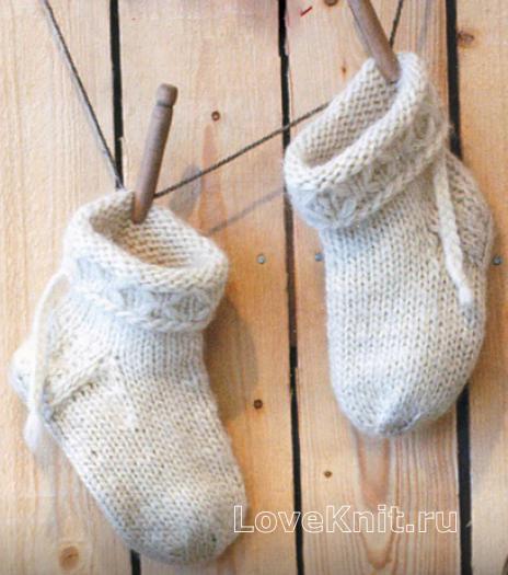 Как связать спицами детский комплект из теплых носочков и варежек