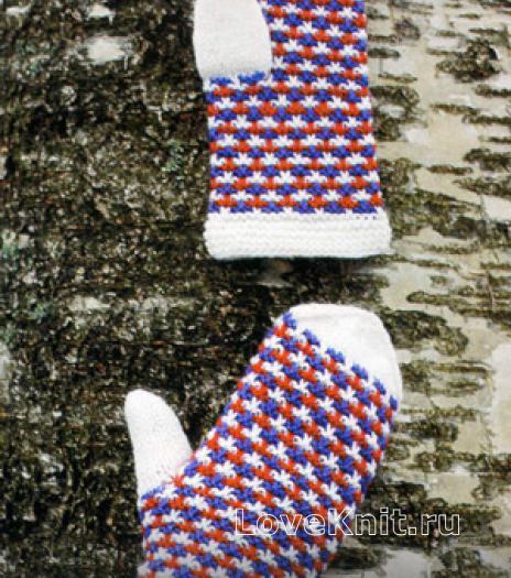 Как связать спицами трехцветные теплые варежки