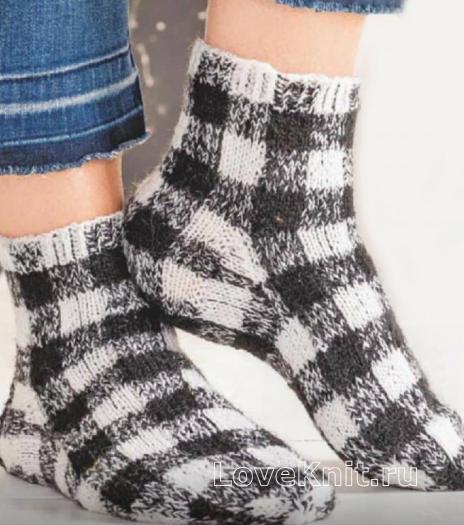 Как связать спицами черно-белые носки в клетку