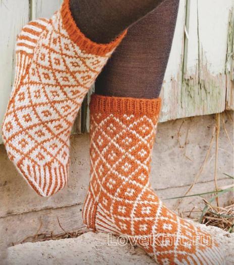 Как связать спицами цветные носочки с узором «ромбы»