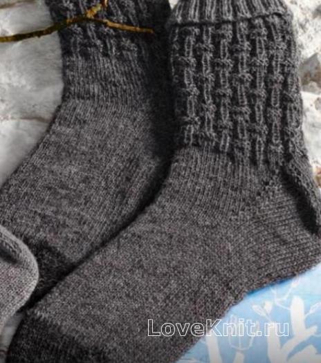Как связать спицами грубые мужские носки с узором