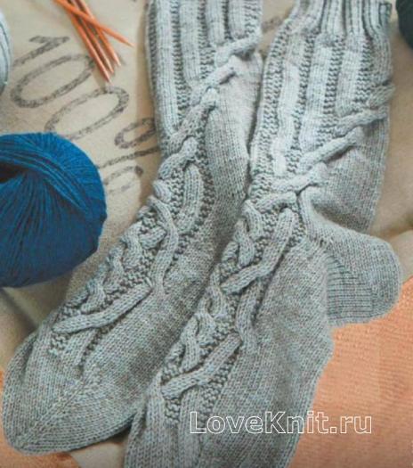Как связать спицами меланжевые удлиненные носки с косами