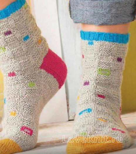 Как связать спицами носки с вышивкой из цветных квадратов