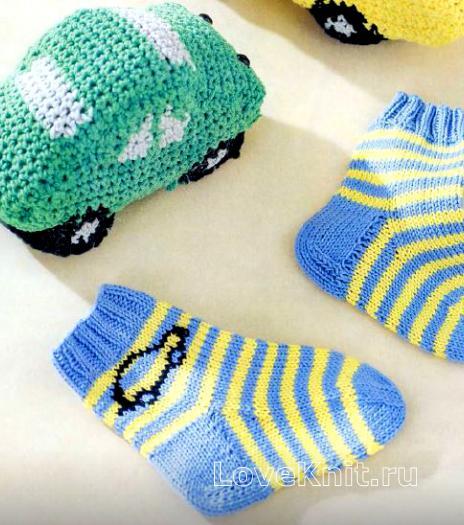 Как связать спицами полосатые носки для малыша с машинками