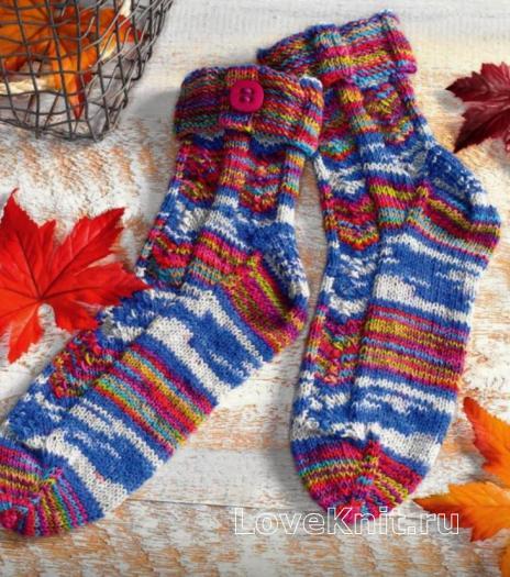 Как связать спицами разноцветные носочки с пуговицей