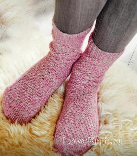 Как связать спицами розовые носочки с жемчужным узором и пяткой бумеранг